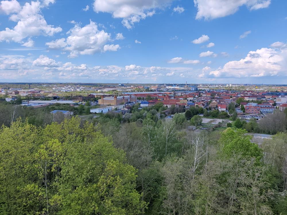 Die Aussicht von der 21 Meter hohen Plattform des Bitterfelder Bogens auf Bitterfeld-Wolfen