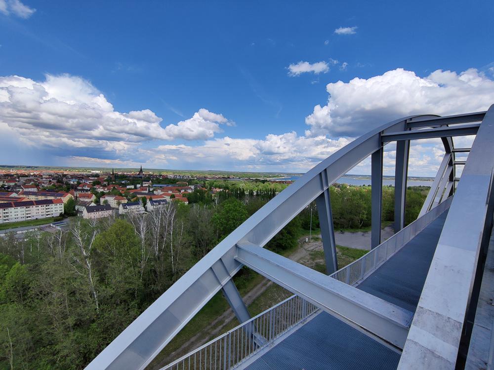 Die Aussicht von ganz oben auf Bitterfeld-Wolfen und den Großen Goitzschesee