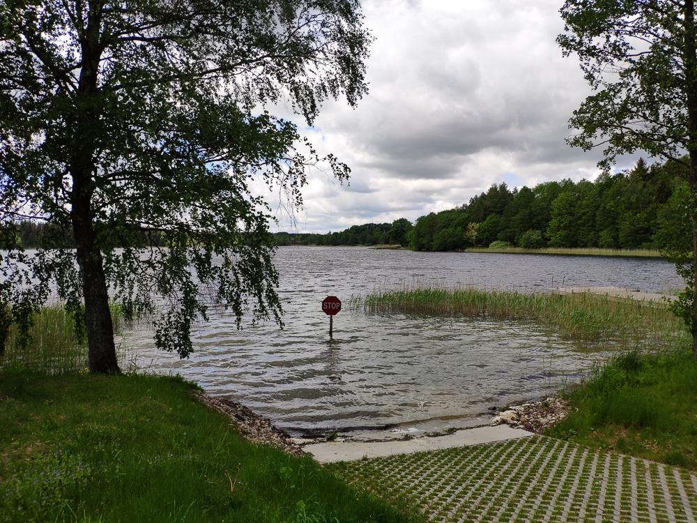 Die Zufahrt in den See Beržoras im Nationalpark Žemaitija war wohl gerade nicht gestattet. Das sagt zumindest ein Stoppschild mitten im Wasser.