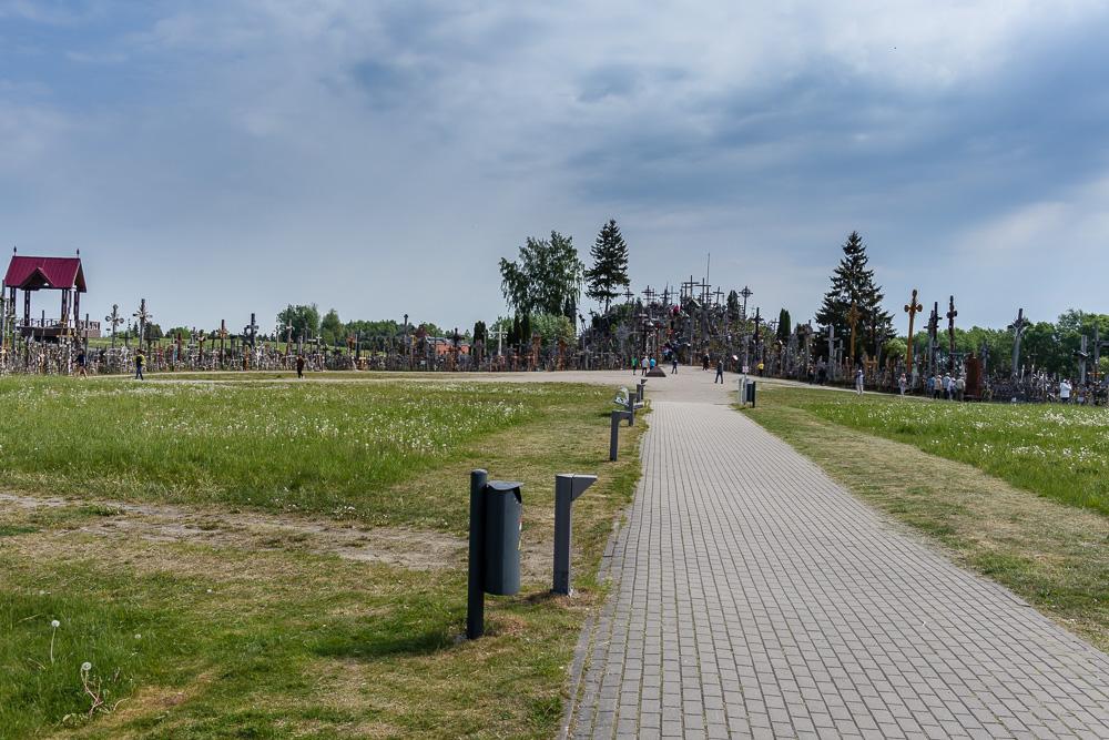 Über diesen Fußweg gelangt man vom Parkplatz zum Berg der Kreuze