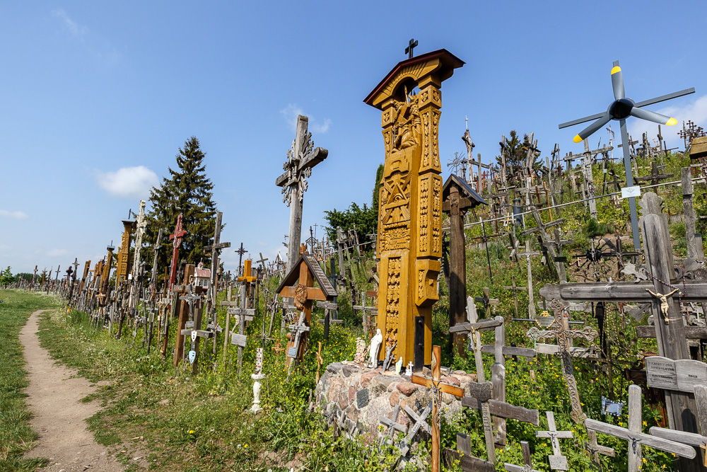 Es gibt neben den einfachen Holzkreuzen oft auch schmuckvollere Varianten