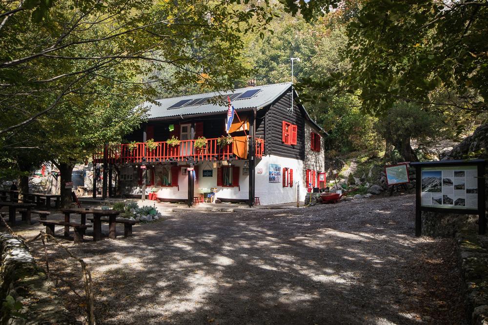 Die Berghütte im Inneren des Nationalparks Paklenica bietet bis zu 50 Personen eine Übernachtungsmöglichkeit