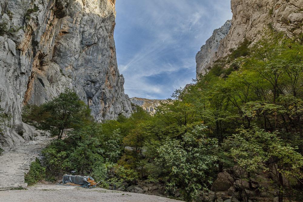 Anfangs geht es im Nationalpark Paklenica vor allem steil bergauf und man steigt zwischen den Felswänden langsam empor