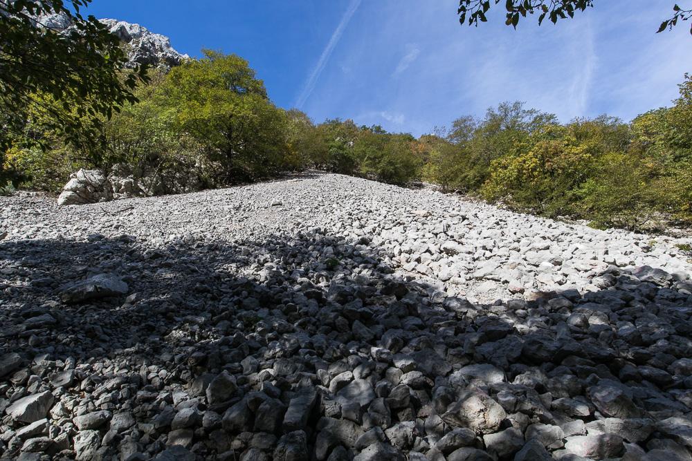 Immer wieder säumen Geröllflächen den Wegesrand im Nationalpark Paklenica