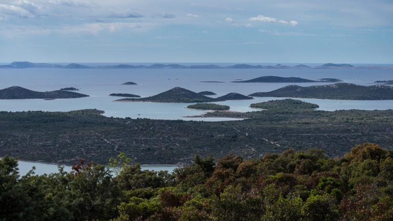 Blick vom Kamenjak im Naturpark Vransko jezero auf die Inseln vor der kroatischen Küste