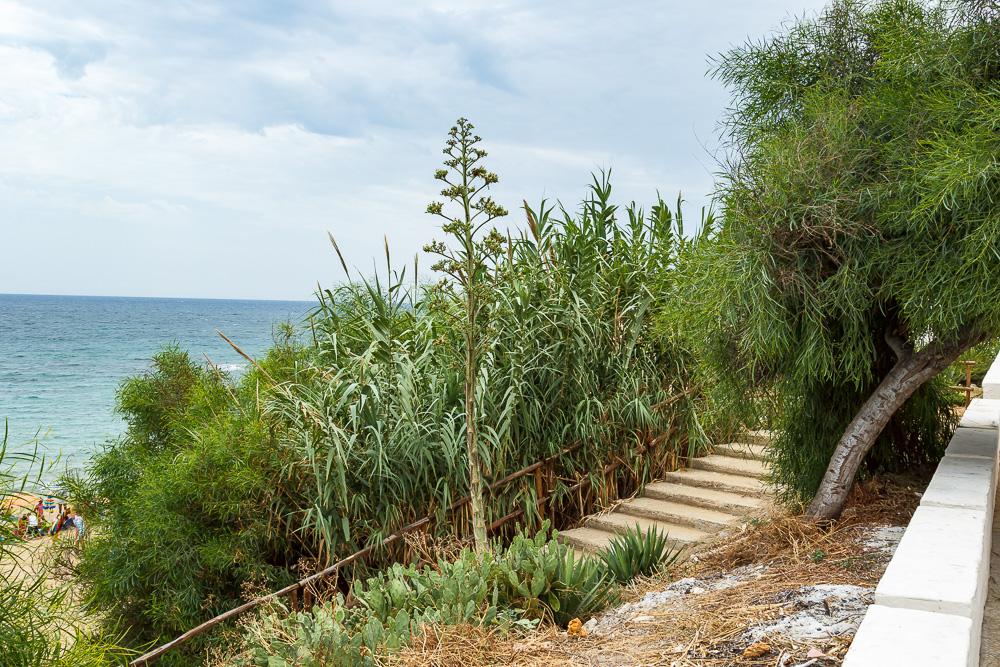 Die Treppe hinunter zum Strand von Avola in Sizilien