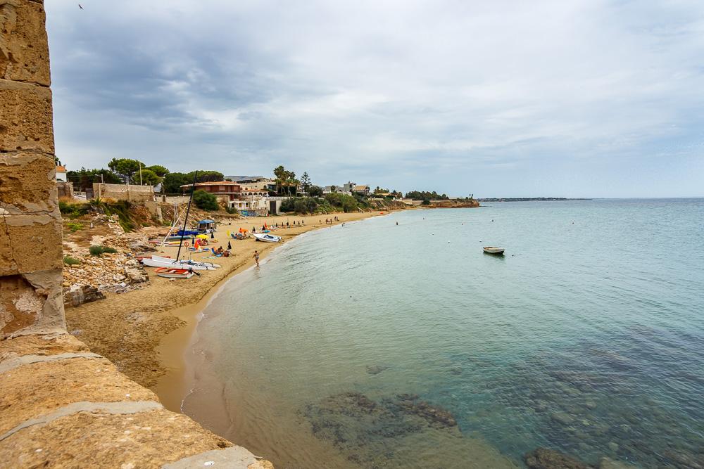 Ein letzter Blick zurück auf den Strand nahe der alten Fabrik am Meer beim Geocaching in Sizilien gefunden