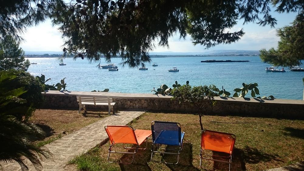 Blick vom Garten unseres Ferienhauses direkt auf das Meer. Gegenüber liegt Syrakus.