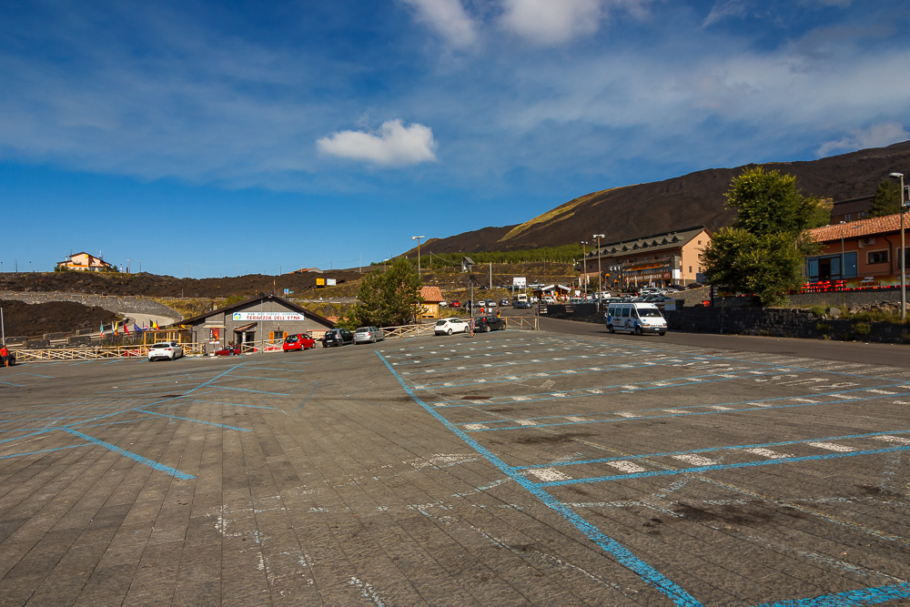 Der Parkplatz an der Seilbahn an den Hängen des Ätnas