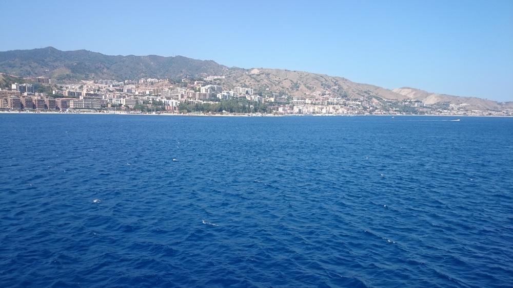 Blick auf die Straße von Messina bei der Überfahrt nach Kalabrien