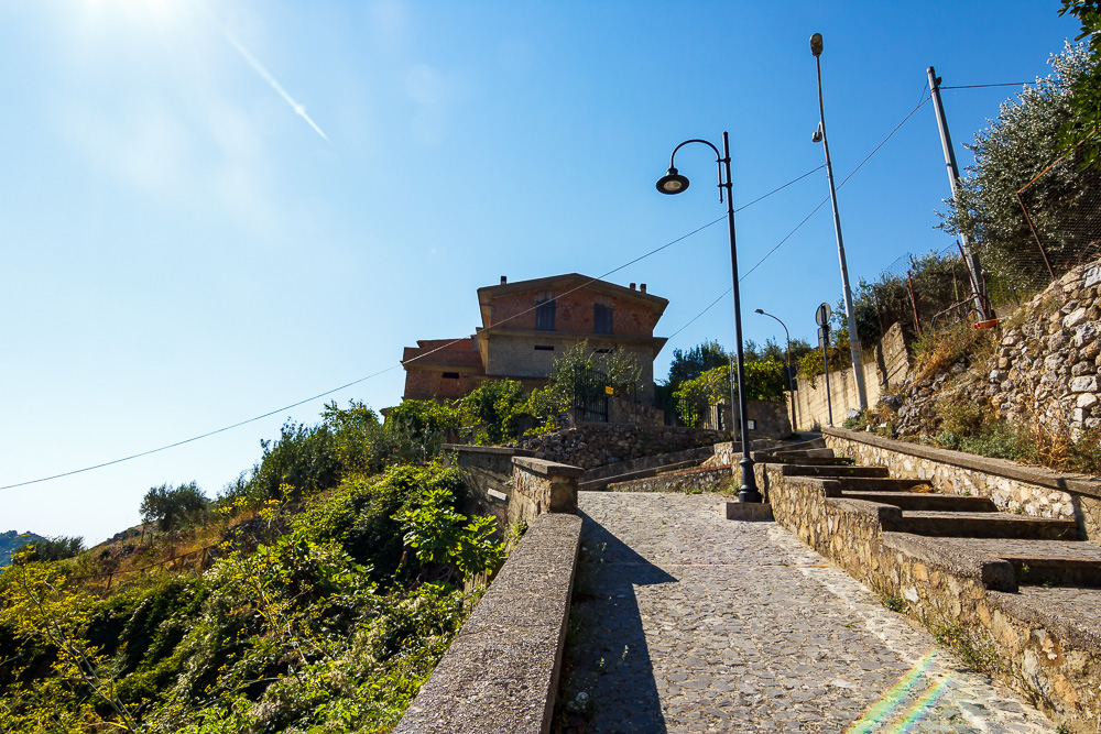 Von der Ponte Diavolo ging es wieder steil hinauf nach Civita