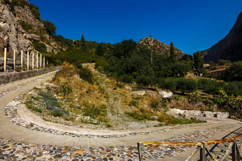 Viele Serpentinen führten uns hinab zur Ponte Diavolo in Civita in Kalabrien