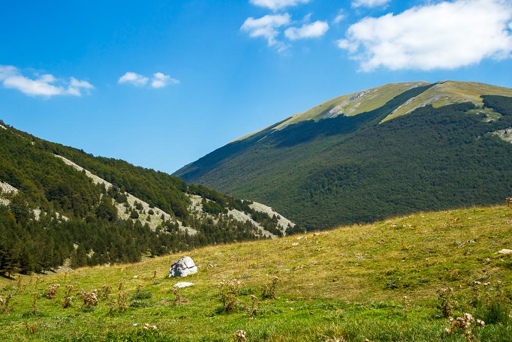 Aussicht auf die Berge im Nationalpark Pollino in Kalabrien, immerhin auf weit über 1000 Metern Höhe. Hier Piano Ruggio.