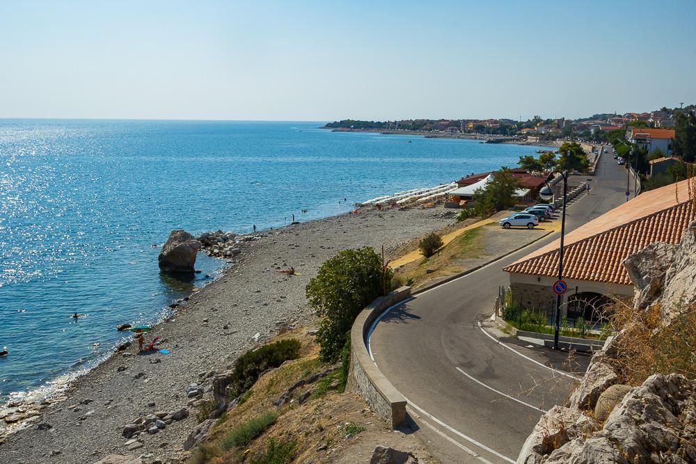 Blick von Burg Federiciano in Richtung Roseto Capo Spulico und den steinernen Strand