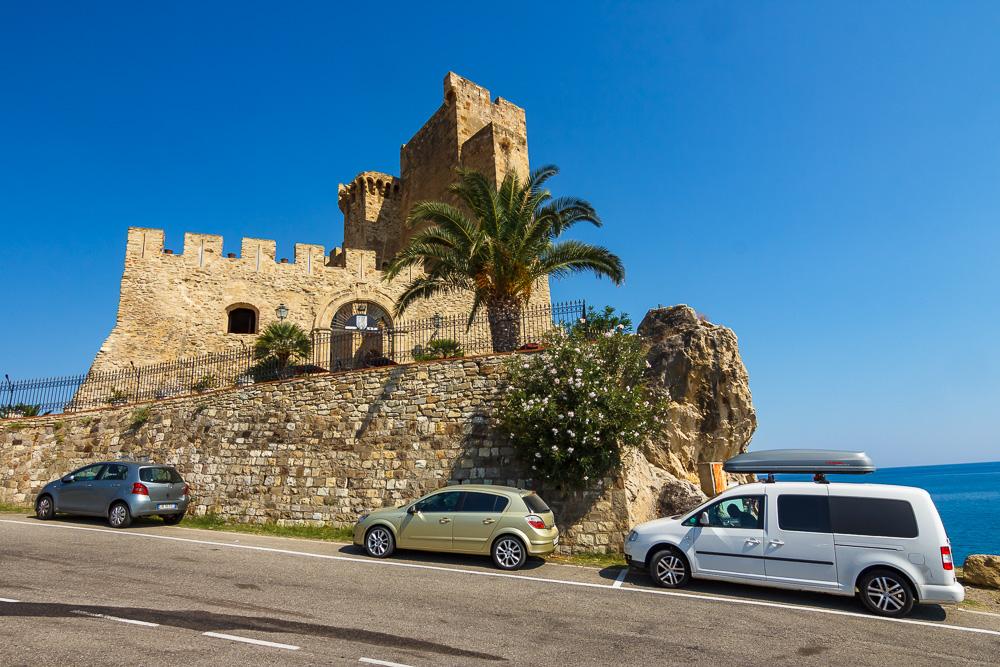 Die Burg Federiciano von der Straße nach Roseto Capo Spulico aus gesehen