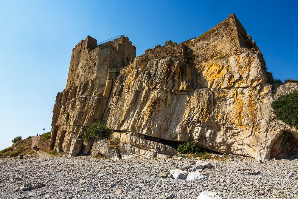 Zuletzt konnten wir den imposanten Anblick der Burg Federiciano noch vom Steinstrand aus einfangen