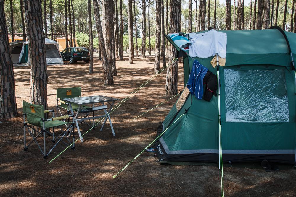 Campingstühle und Tisch vor grünem Hauszelt auf Camping Thurium in Kalabrien.